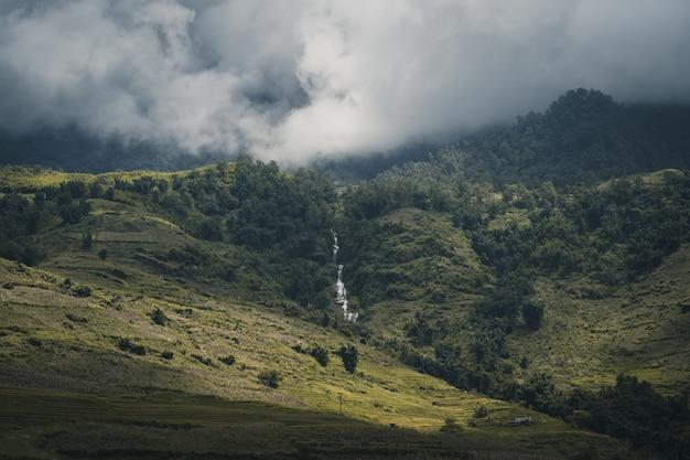 山サパベトナムの頂上の滝