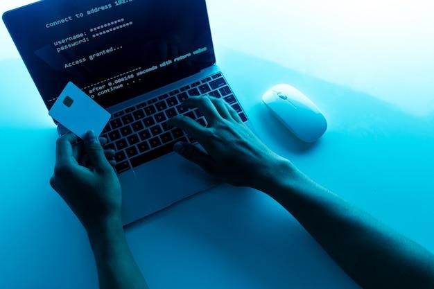 ラップトップ上のクレジットカードを使用するハッカーは、不正なショッピングのためにこれらのデータを使用します。