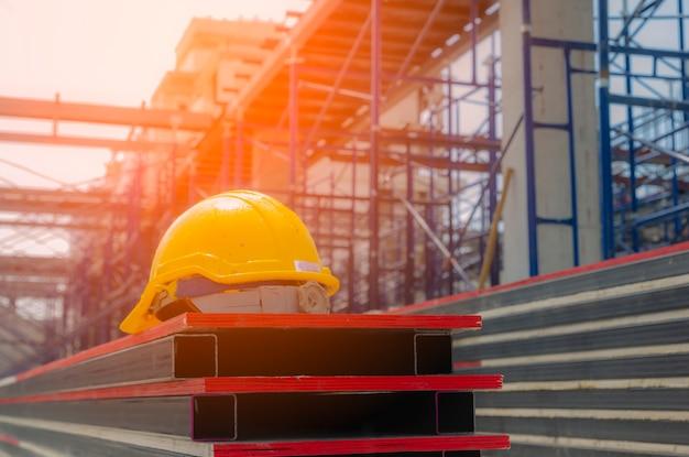 Шлем на строительной площадке