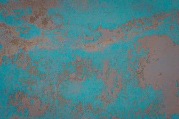ひびの入った漆喰が塗られた古い壁