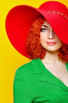 赤い帽子と緑のブラウスのきれいな女性