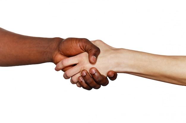 アフリカ人と白人男性の間のハンドシェイク
