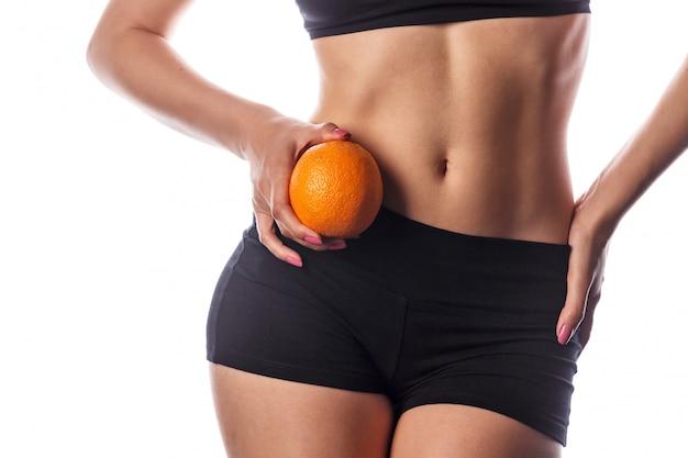 腹部の近くにオレンジをもつ少女