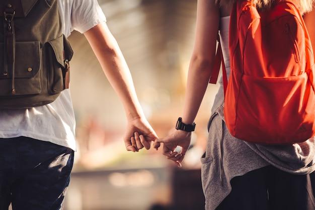 カップルは手を持っています。恋人、旅行のアイデア。