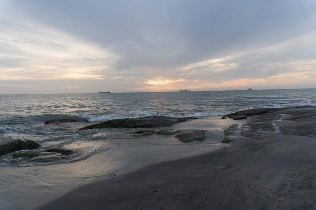 ビーチで曇りの日