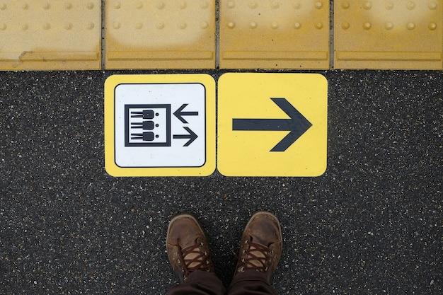 列車のプラットホームで列車で列車に気を付ける