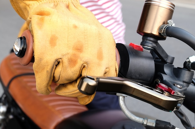 モトサイクルと黄色の革の手袋