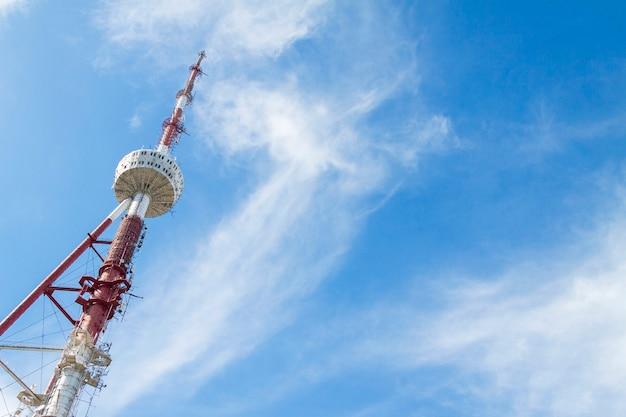 ムタツミンダ山の曇った青空の上のテレビ塔