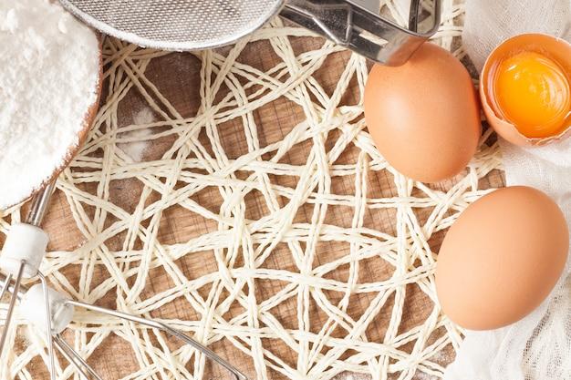 木製のテクスチャテーブルの卵。