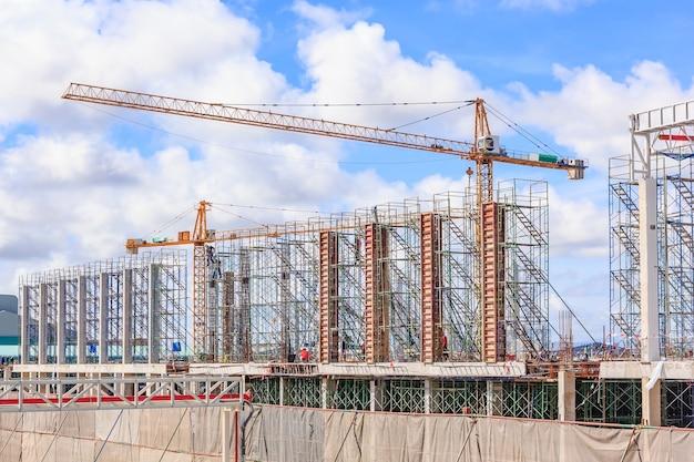 建物の建設現場、建設現場の建設柱の足場
