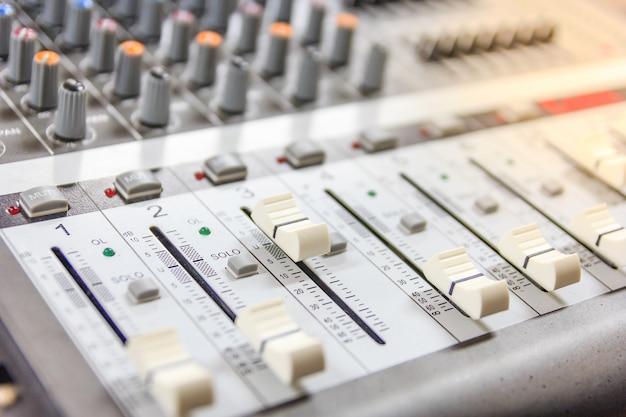 サウンド音楽ミキサーコントロールパネル。レコーディングスタジオ。