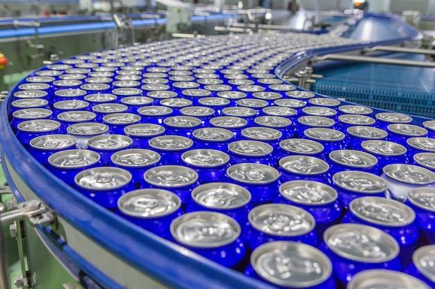 バーベキュー工場のコンベヤーベルトに詰めた缶