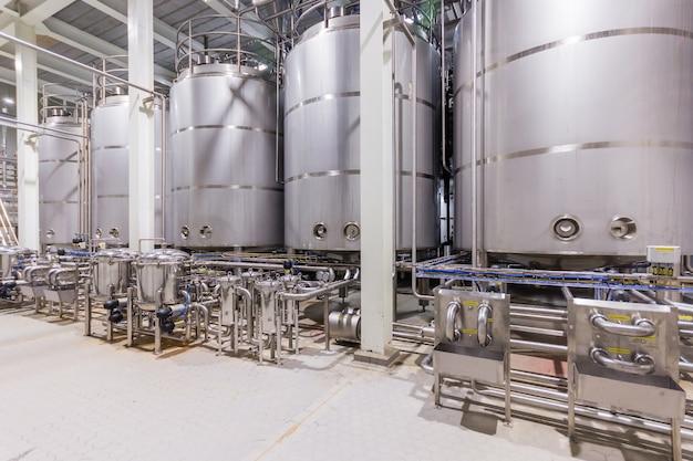 Фармацевтический заводский смесительный резервуар на производственной линии в фармацевтической промышленности