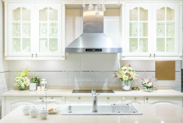 モダンで明るく清潔なキッチンインテリア(ステンレススチール製)