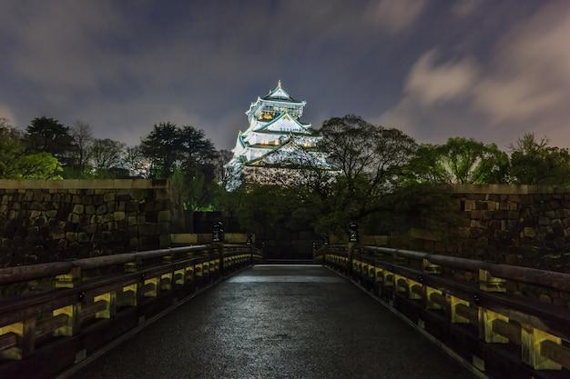 秋の夕暮れに大阪城と五輪橋を渡る大阪、日本