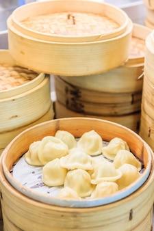 中国の竹蒸し器のスタック、竹の蒸気蒸し器の中の딤本、中国料理
