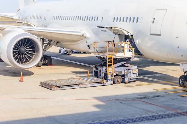 航空貨物のプラットフォームを航空機に積み込む