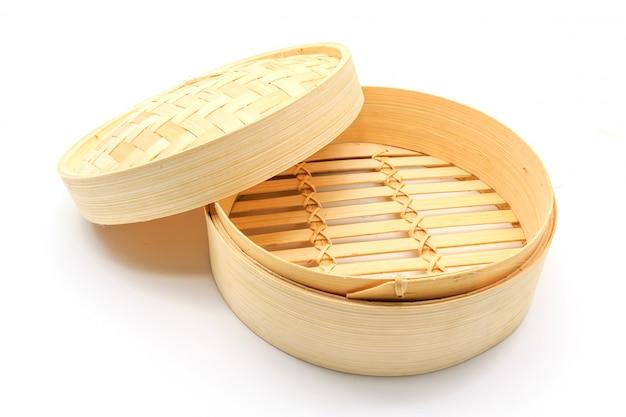 白い背景に隔離された蒸しのための竹のバスケット