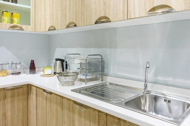 ステンレススチール製の家電製品でキッチンのインテリア