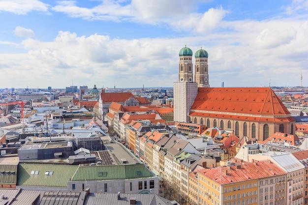 Старый город мюнхена германия вокруг мариенплац и фрауэнкирхе от церкви святого петра.
