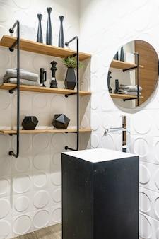 ラウンドミラーとカウンタートップ盆地付きのスタイリッシュな木製バスルーム