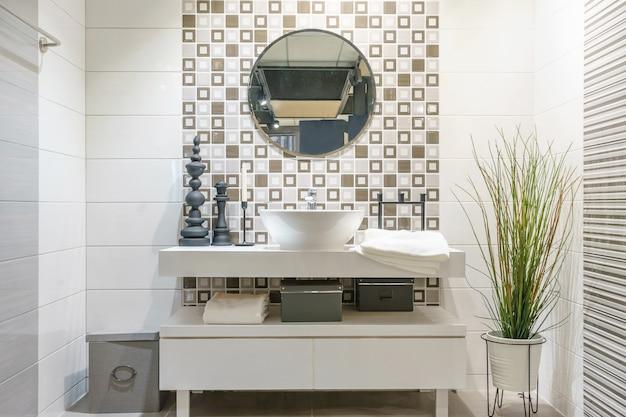Интерьер ванной комнаты с раковиной, умывальником и зеркалом. современный дизайн ванной комнаты
