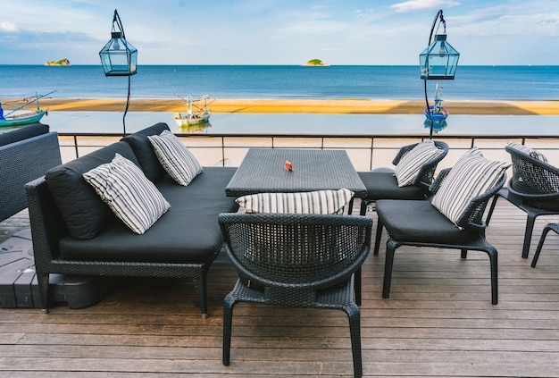 カップルチェアと海の景色、夏の風景のテーブルとビーチラウンジテラス