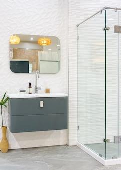 白い壁の広々とした明るくモダンなバスルームのインテリア