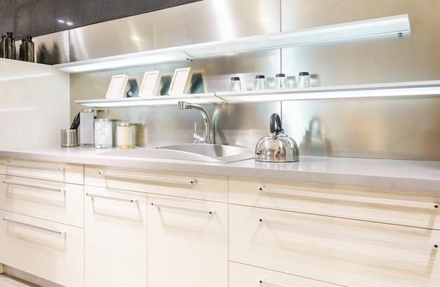 ステンレスの台所の流しおよび台所の水道水。キッチン家電。家電