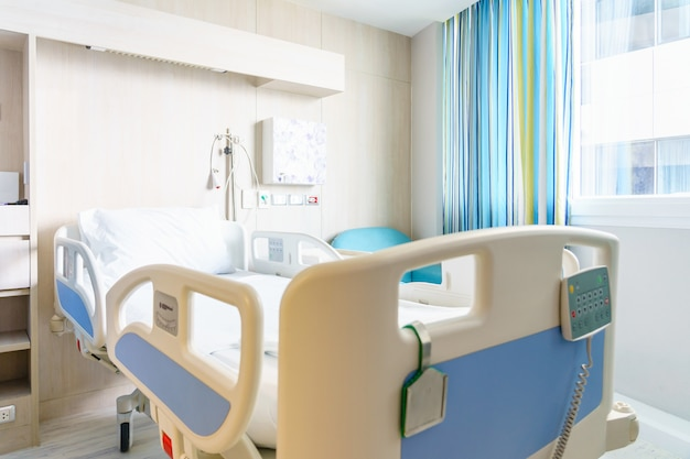 近代的な病院に装備されたベッドと快適な医療装備の病室