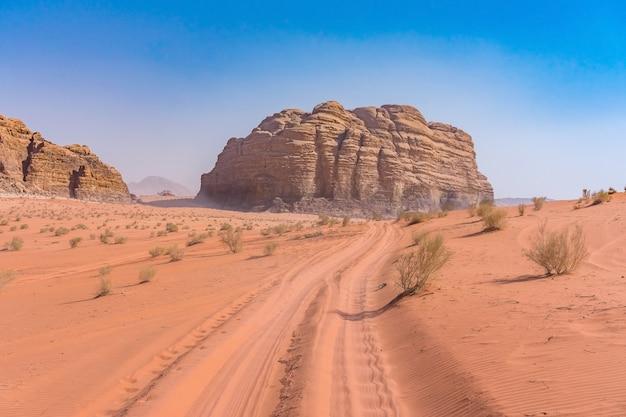 ヨルダンのワディラム砂漠の赤い山。
