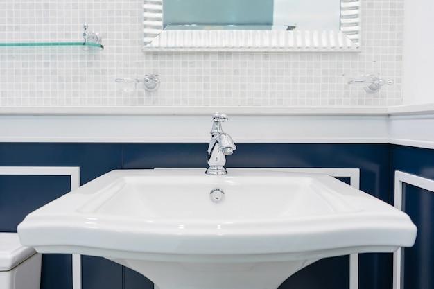 洗面台の蛇口付きバスルームのインテリア。クロム蛇口洗面台。バスルームのモダンデザイン