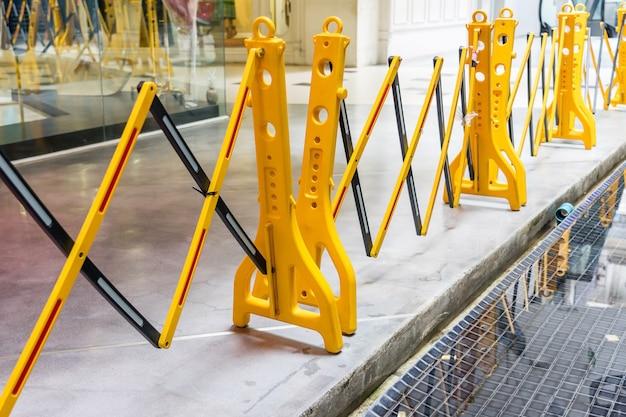 黄色い携帯用プラスチック折る安全障壁、交通塀、黄色い塀