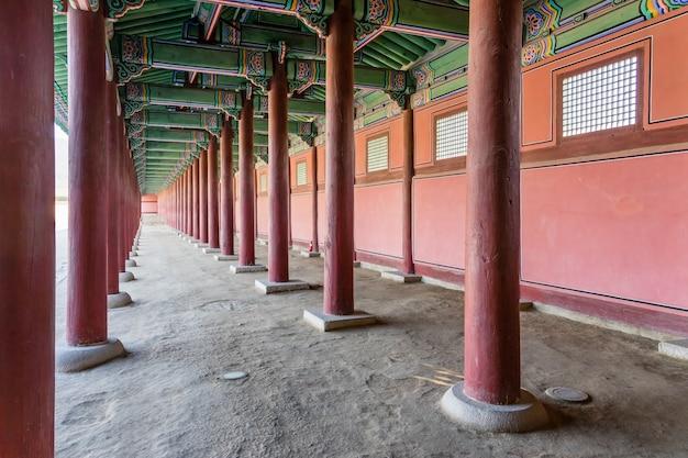 Традиционная корейская архитектура во дворце кёнбоккун в сеуле, южная корея.