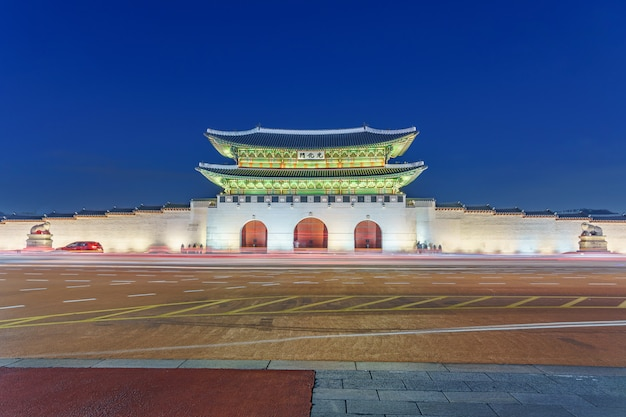 Дворец кёнбоккун сумерки ночью в сеуле, южная корея