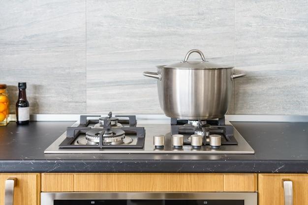 モダンなキッチンの誘導コンロの金属鍋。現代のキッチンポット調理誘導電気ストーブコンロの概念