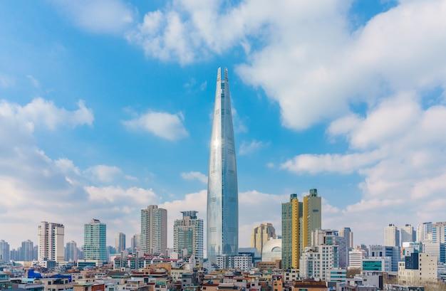 ロッテワールドタワーと冬の曇りの青い空と街並み