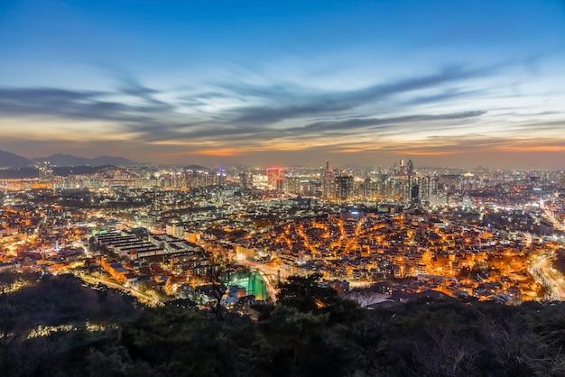 Городской пейзаж сеула, освещенный ночью