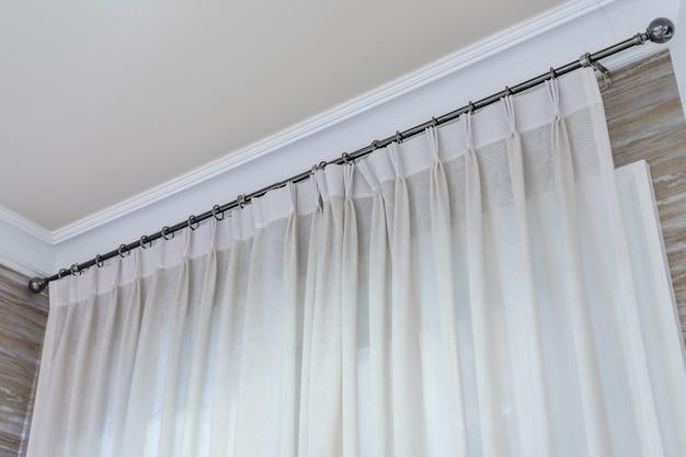 リングトップレール付きの白いカーテン、リビングルームのカーテンの室内装飾