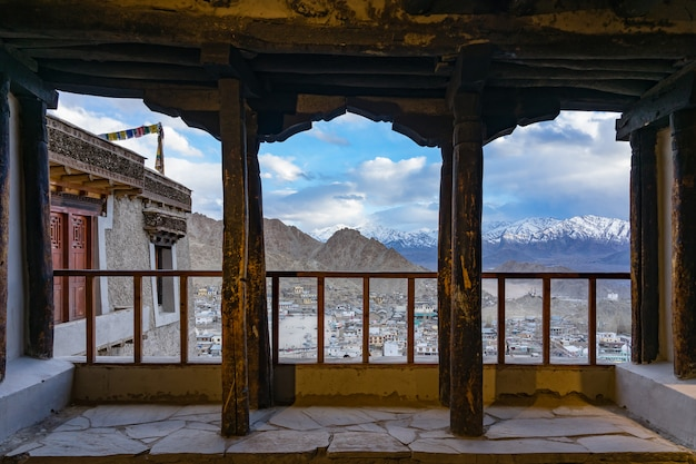 都市の景観レー市またはレー、インドのレー宮殿の窓から山の背景を持つダウンタウン