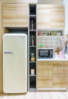 堅木張りの床と花崗岩のライトブラウンのキッチン。小さなキッチン