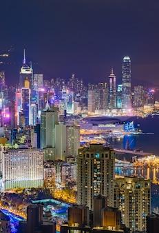 ブレイマーヒルの頂上から夕暮れ時に捉えた香港の街のスカイライン