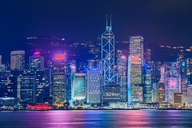 夕方にはビクトリアハーバー上の香港のスカイラインの街並みのダウンタウンの高層ビル。香港、中国