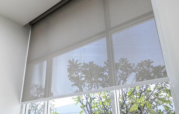 Рулонные жалюзи на окнах, солнце не проникает в дом.
