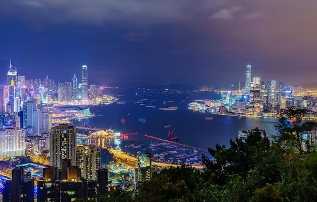 日没前に香港市街のスカイラインの素晴らしいパノラマビュー。