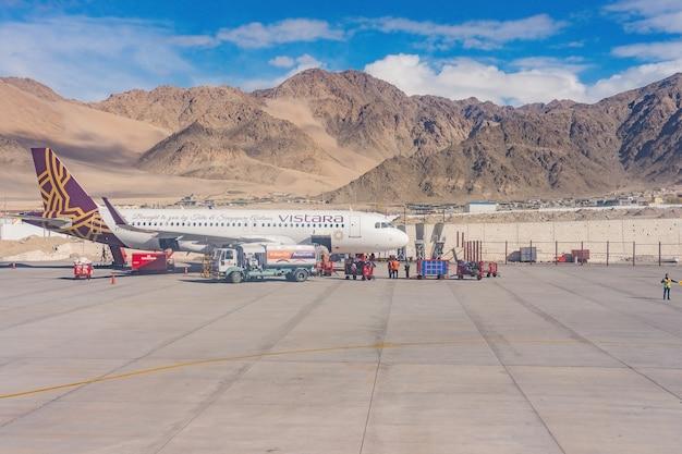 ヒマラヤの寒い砂漠の高山地域で、空港を見下ろす