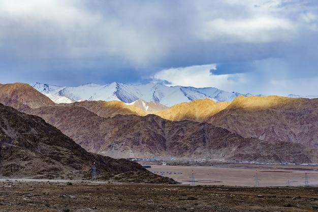 日光でレーを囲む美しい山々のパノラマ-ラダック、ジャム、カシミール、インド。