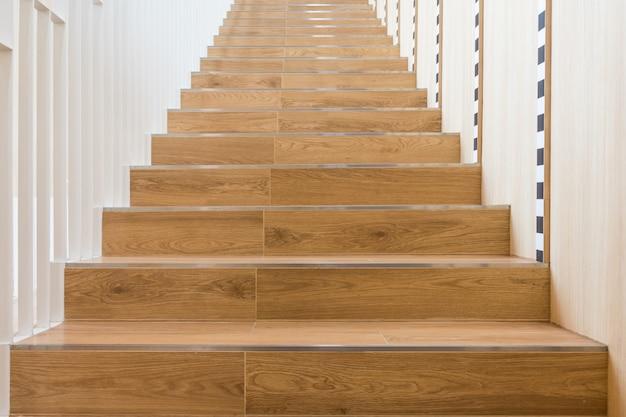 家の装飾のための木製の階段、手すり付きの家の階段