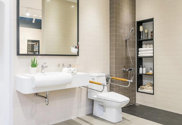 Интерьер ванной комнаты для инвалидов или пожилых людей.