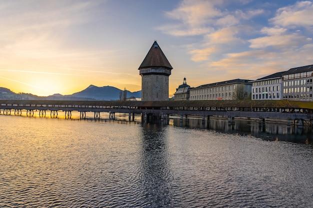 Панорамный вид на центр города люцерн со знаменитым часовенным мостом и озером люцерн